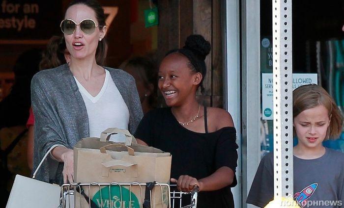 Вопреки слухам о нервном срыве Анджелина Джоли появилась на публике с детьми