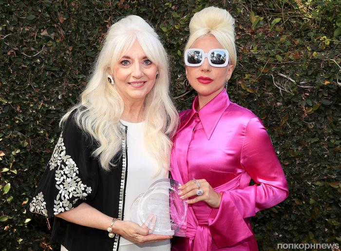 Леди Гага пришла на благотворительный вечер с мамой