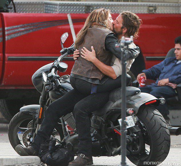 Леди Гага и Брэдли Купер целуются на съемках фильма «Звезда родилась»