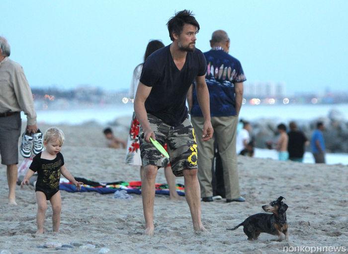 Джош Дюамель на пляже с сыном