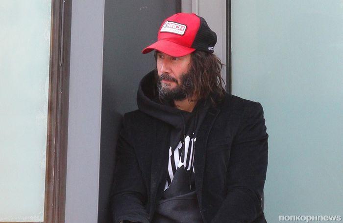 На новых фото папарацци Киану Ривза можно перепутать с бездомным