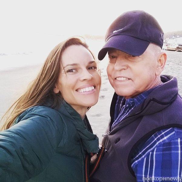 Хилари Суонк отказалась от работы, чтобы ухаживать за больным отцом