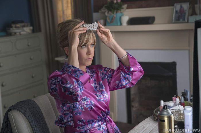 Тиара королевы красоты и толстая дочь: Дженнифер Энистон в трейлере комедии «Пышка»