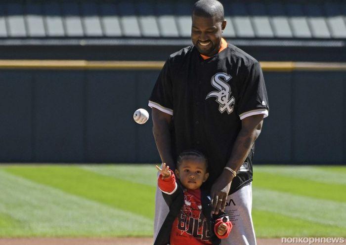 Двухлетний сын Ким Кардашьян и Канье Уэста поучаствовал в открытии бейсбольного матча