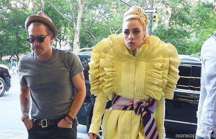 Горы воланов и «километровая» платформа: Леди Гага появилась на публике в очередном экстравагантном образе