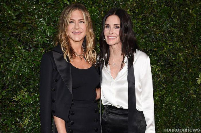 Лучшие подруги: Дженнифер Энистон и Кортни Кокс на вечере Chanel (фото)