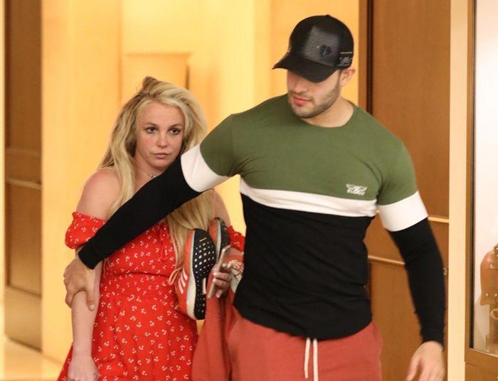 Плохи дела: Бритни Спирс отпустили из психиатрической клиники на Пасху (первые фото)