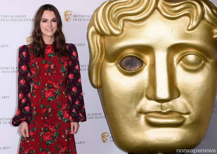 Кира Найтли в «деревенском» цветочном образе на фотоколле BAFTA