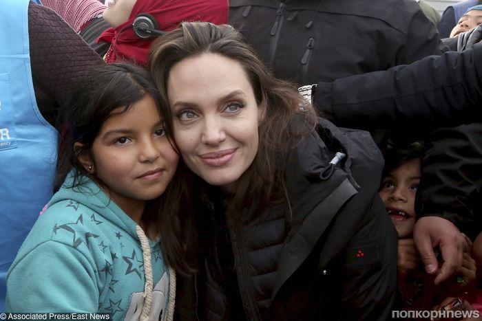 Анджелина Джоли вместе с дочками навестила лагерь сирийских беженцев