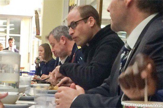 Принц Уильям перекусил в школьной столовой