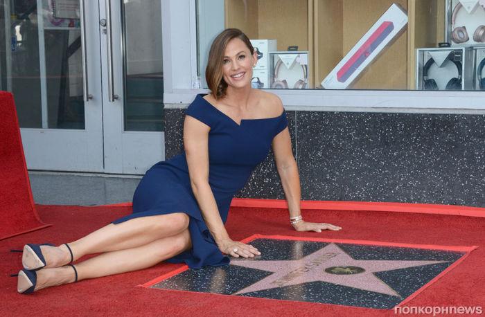 Дженнифер Гарнер «навестила» свою звезду на Аллее славы