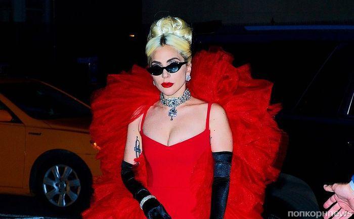 «Как в старые добрые»: Леди Гага продемонстрировала на публике очередной экстравагантный образ