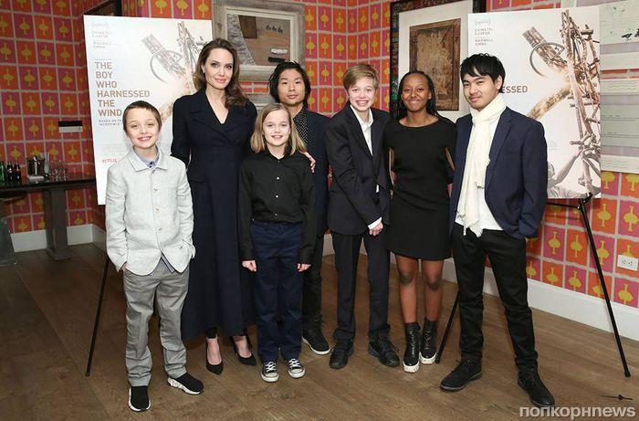 Всей семьей: Анджелина Джоли впервые за долгое время вышла в свет со всеми шестью детьми