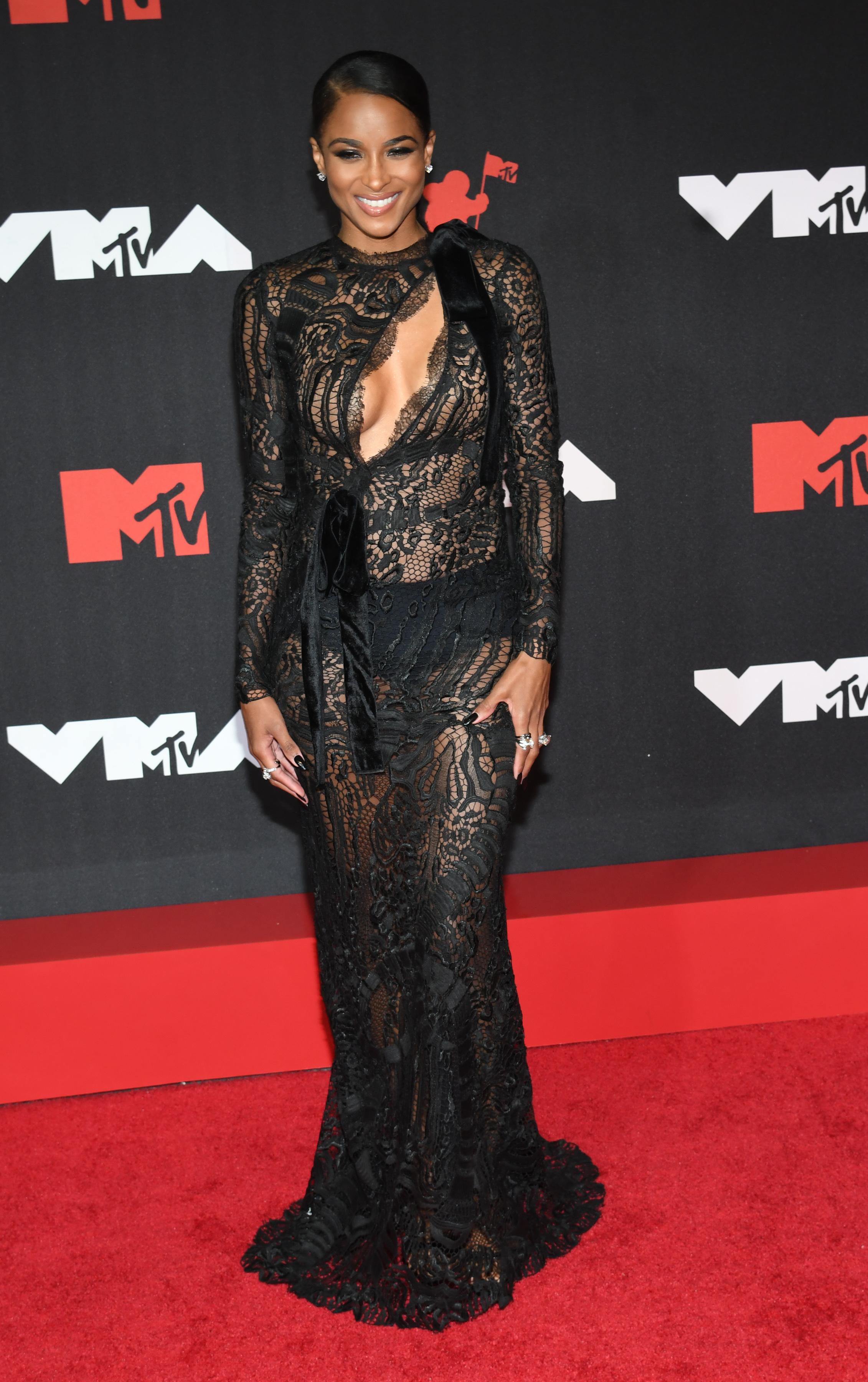 Сиара осмелилась обнажиться в кружевном черном прозрачном платье с большим вырезом на груди