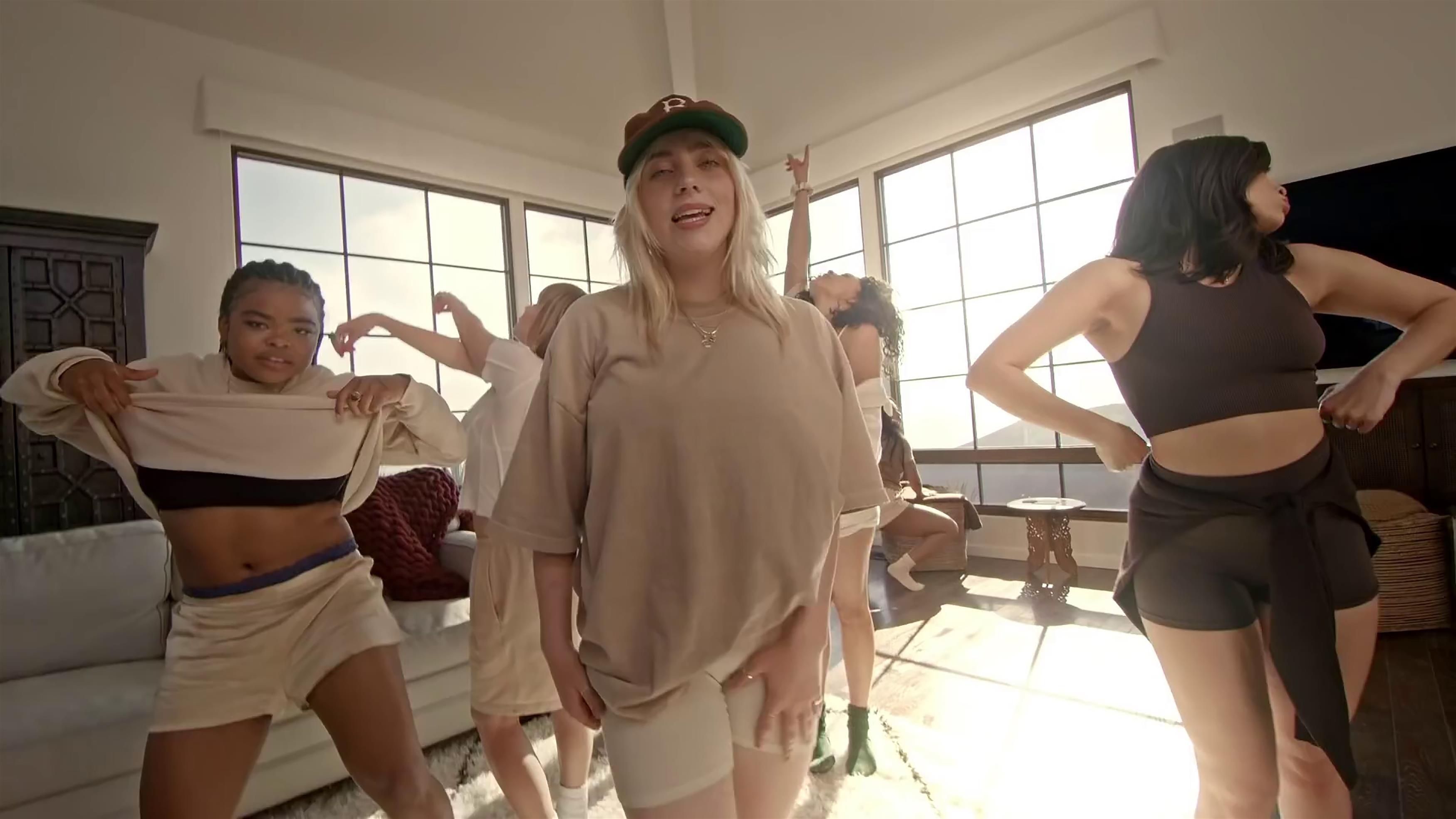 «Все говорят, что толстая»: Билли Айлиш стесняется своего тела
