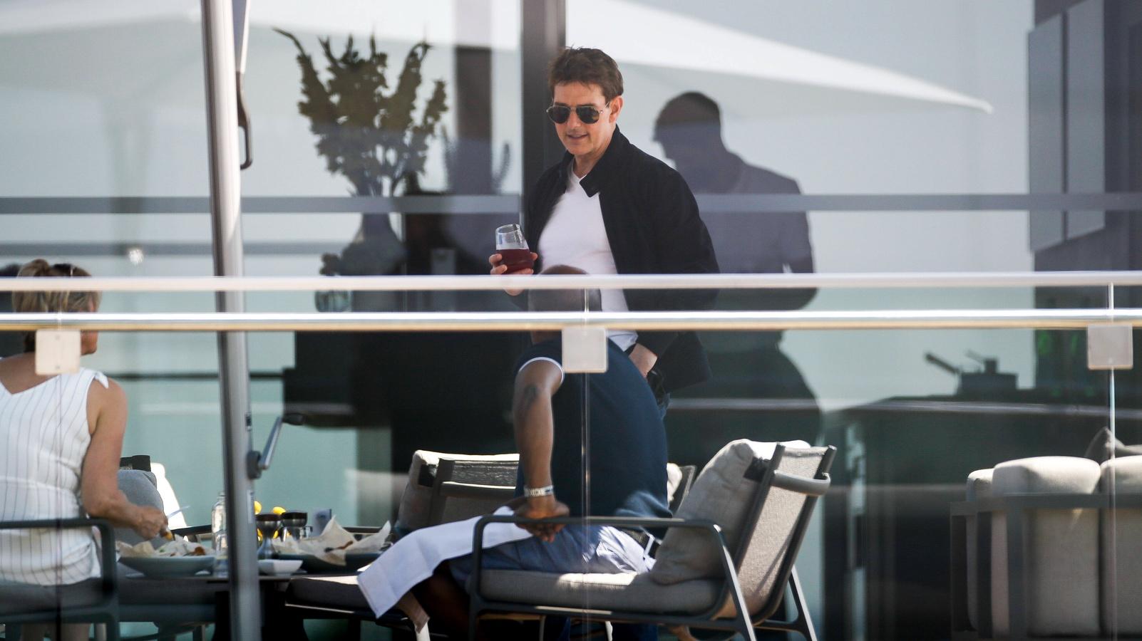 Том Круз с бокалом вина