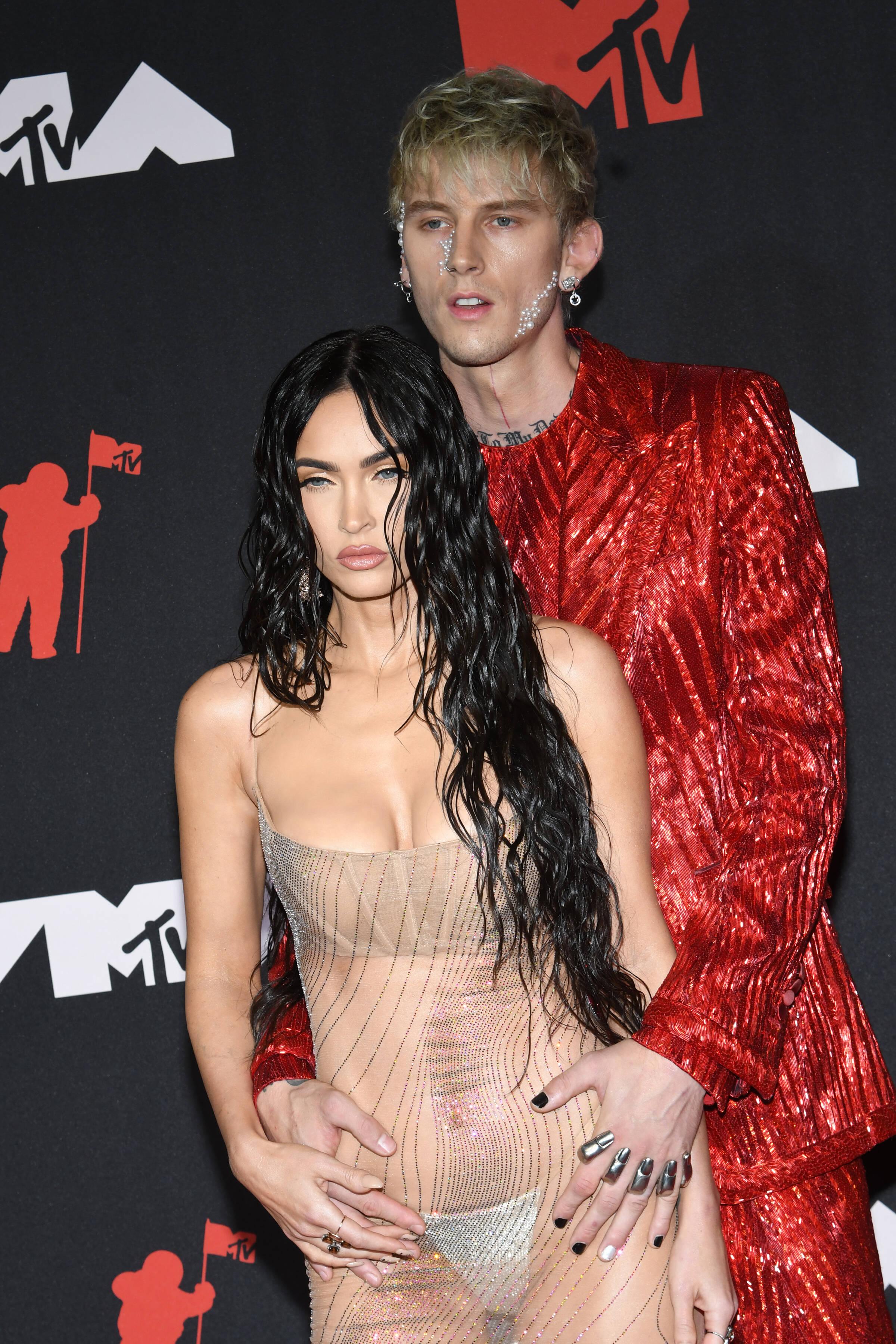«То ли есть, то ли нет»: «голый» наряд Меган Фокс на MTV VMA вошел в историю за сутки